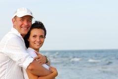Pares felices en la playa Fotografía de archivo libre de regalías
