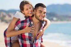 Pares felices en la playa arenosa Foto de archivo libre de regalías