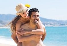 Pares felices en la playa arenosa Imágenes de archivo libres de regalías