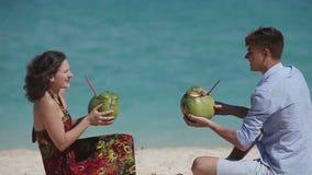 Pares felices en la playa con el coco almacen de video