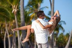 Pares felices en la playa tropical Foto de archivo libre de regalías