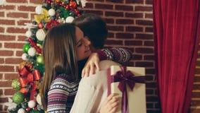 Pares felices en Navidad almacen de metraje de vídeo