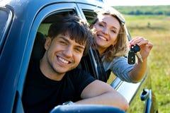 Pares felices en nuevo coche Fotografía de archivo libre de regalías
