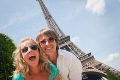 Pares felices en París Foto de archivo