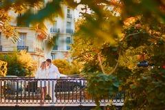 Pares felices en París en un día de la caída fotografía de archivo