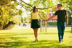 Pares felices en parque Imagen de archivo