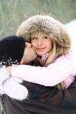 Pares felices en parque del invierno fotografía de archivo