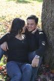 Pares felices en parque del otoño Foto de archivo