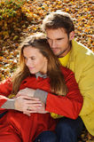 Pares felices en parque del otoño Caída Familia joven que se divierte al aire libre Árboles y hojas amarillos Hombre y mujer de r fotos de archivo