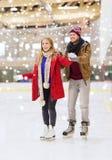 Pares felices en pista de patinaje Fotografía de archivo libre de regalías
