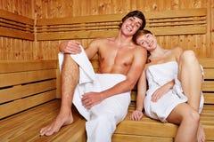 Pares felices en sauna Foto de archivo libre de regalías
