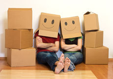 Pares felices en su nuevo concepto casero Foto de archivo libre de regalías