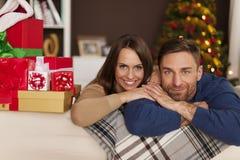 Pares felices en tiempo de la Navidad Fotos de archivo libres de regalías