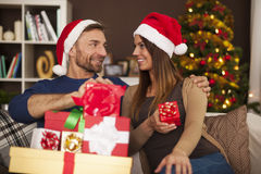 Pares felices en tiempo de la Navidad Foto de archivo