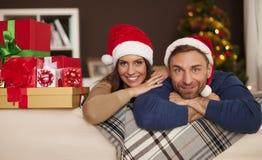 Pares felices en tiempo de la Navidad Fotografía de archivo
