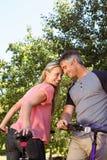 Pares felices en un paseo de la bici Fotografía de archivo