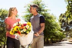 Pares felices en un paseo de la bici Fotografía de archivo libre de regalías