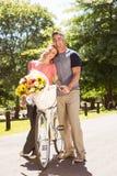 Pares felices en un paseo de la bici Imagen de archivo libre de regalías