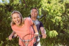 Pares felices en un paseo de la bici Imagen de archivo