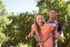 Pares felices en un paseo de la bici Fotos de archivo