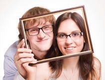Pares felices en vidrios en marco fotografía de archivo libre de regalías