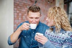 Pares felices encantadores mujer hermosa romántica y hombre hermoso muchacho barbudo y muchacha rubia al aire libre junto Fotografía de archivo