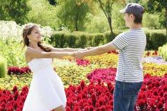 Pares felices entre las flores Foto de archivo libre de regalías