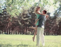 Pares felices hermosos en el amor, día soleado de la primavera, amor Foto de archivo