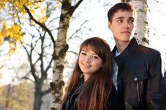 Pares felices hermosos jovenes en amor adentro al aire libre Fotos de archivo libres de regalías