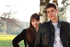 Pares felices hermosos jovenes en amor adentro al aire libre Imagen de archivo libre de regalías