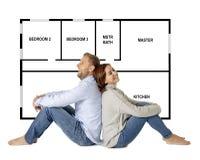 Pares felices hermosos que sueñan con la compra y diseñar su primera casa del futuro imagen de archivo
