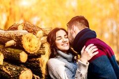 Pares felices jovenes al aire libre en el parque Imágenes de archivo libres de regalías