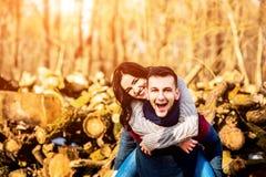 Pares felices jovenes al aire libre en el parque Imagen de archivo libre de regalías