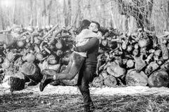 Pares felices jovenes al aire libre en el parque Fotografía de archivo