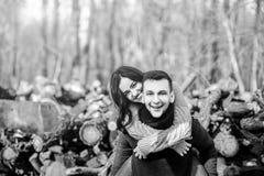 Pares felices jovenes al aire libre en el parque Foto de archivo libre de regalías