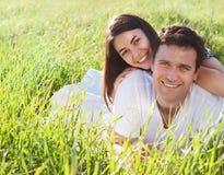 Pares felices jovenes en amor en día de primavera Foto de archivo