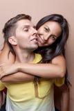 Pares felices jovenes en el abarcamiento del amor Fotos de archivo libres de regalías