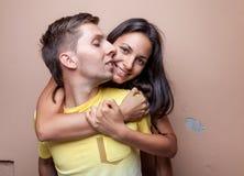 Pares felices jovenes en el abarcamiento del amor Foto de archivo libre de regalías