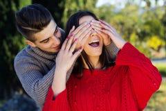 Pares felices jovenes en el parque Imágenes de archivo libres de regalías