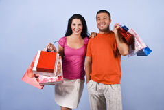 Pares felices jovenes en las compras Imagen de archivo