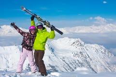 Pares felices jovenes en montañas del invierno Fotografía de archivo libre de regalías