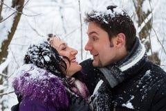 Pares felices jovenes en parque del invierno Fotografía de archivo