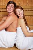 Pares felices jovenes en sauna Fotos de archivo libres de regalías