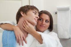 Pares felices jovenes en un cuarto de baño. Imágenes de archivo libres de regalías