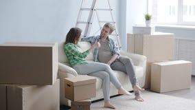 Pares felices jovenes en un nuevo apartamento El concepto de compra o alquila una nueva propiedad almacen de video