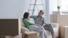 Pares felices jovenes en un nuevo apartamento El concepto de compra o alquila una nueva propiedad almacen de metraje de vídeo