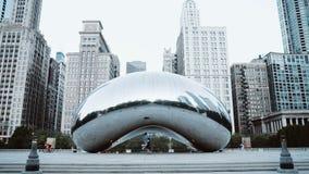 Pares felices jovenes que caminan cerca de la puerta de la nube en Chicago, los E.E.U.U. por la mañana Turistas que exploran el c metrajes