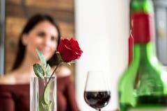 Pares felices jovenes que celebran día del ` s de la tarjeta del día de San Valentín con una cena en casa Imagenes de archivo