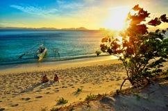 Pares felices jovenes que disfrutan de una puesta del sol hermosa encendido  Fotografía de archivo