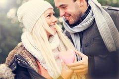 Pares felices jovenes que llevan a cabo el corazón fotografía de archivo libre de regalías